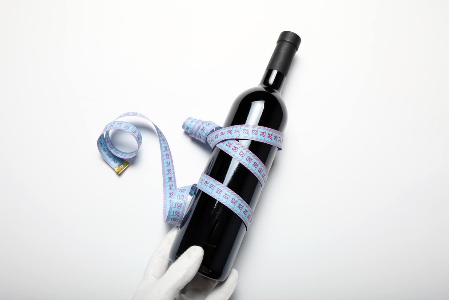 девушка с бутылкой и бокалом вина
