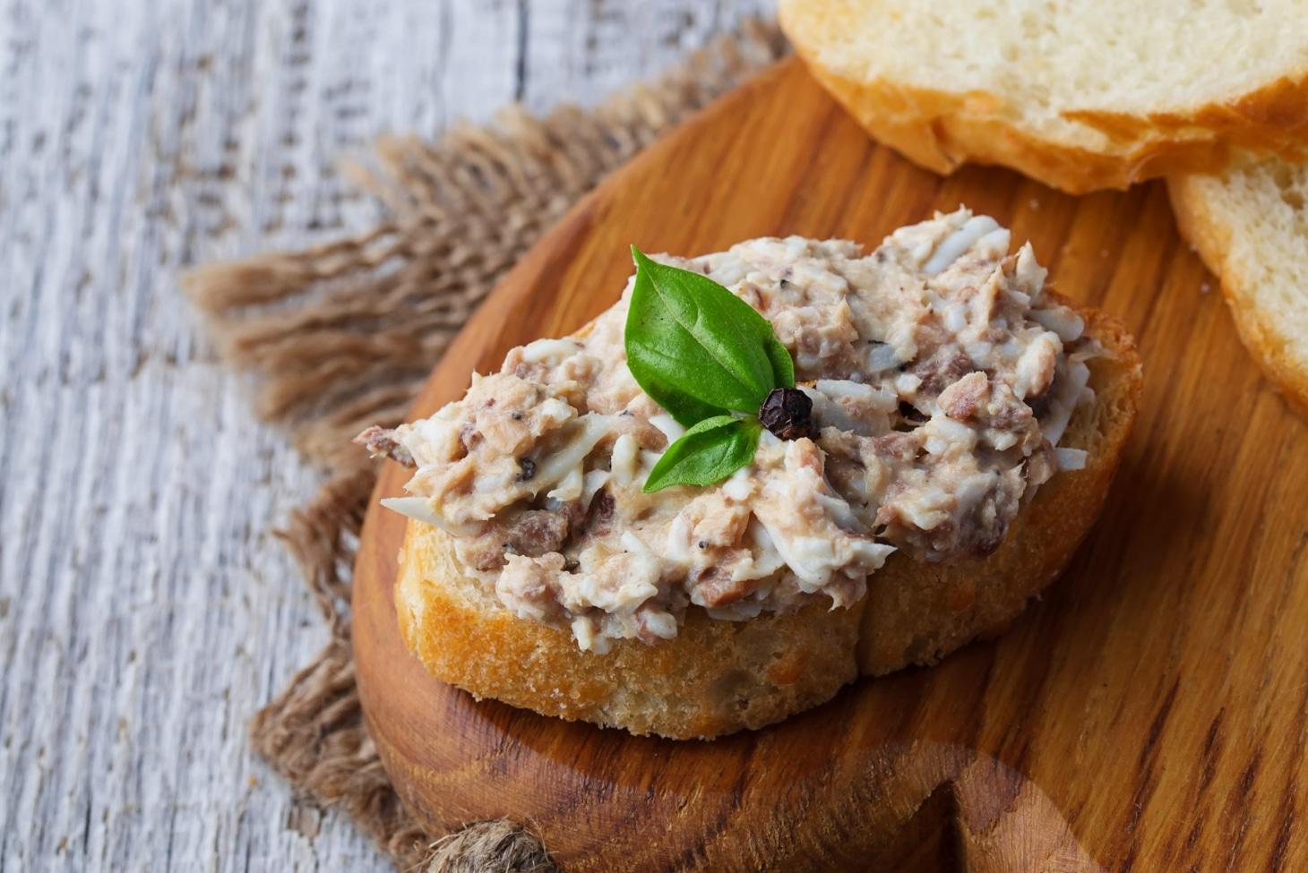 Хлебцы с творогом и тунцом
