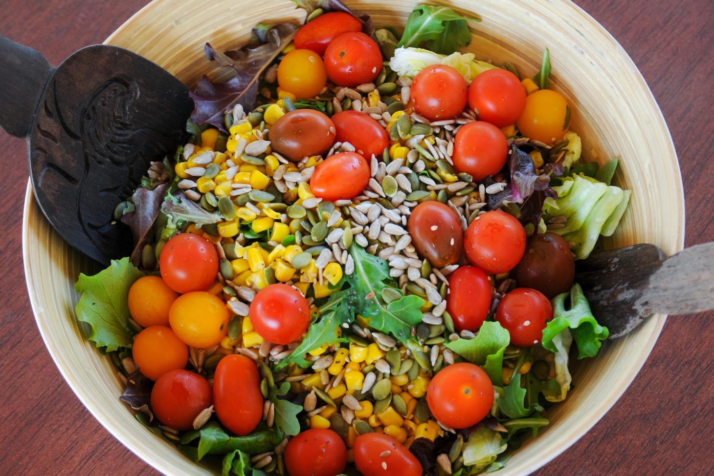 Салат с кукурузой.
