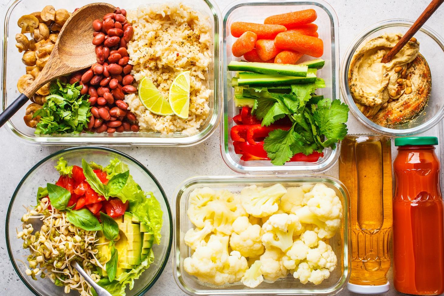 тарелки с диетической едой на белом столе