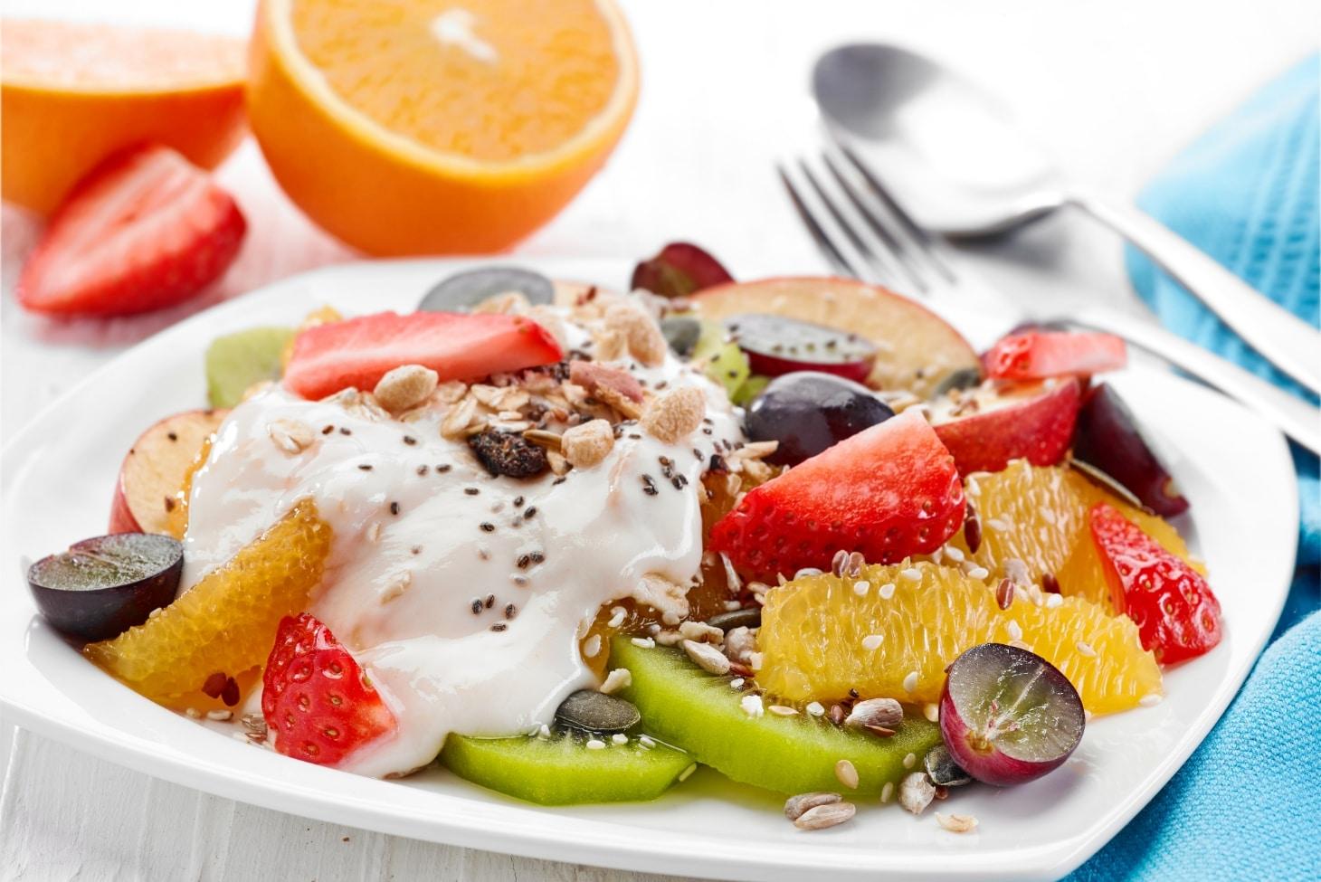 Фруктовый салат с йогуртом