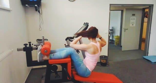 упражнение диагональные скручивания на наклонной скамье