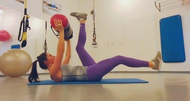 Упражнение упражнение поочередный подъем прямых ног с мешком на прямых руках
