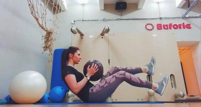Упражнение упражнение попеременный подъем ног сидя с мячом