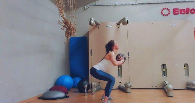 Упражнение упражнение приседания с броском мяча