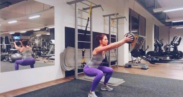 Упражнение упражнение приседания с подъемом мяча