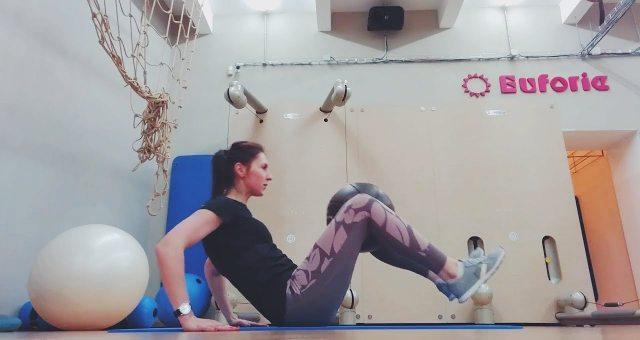 Упражнение упражнение притягивания ног к корпусу с мячом