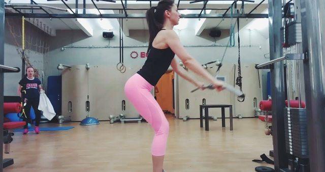 Упражнение упражнение пуловер на верхнем блоке стоя