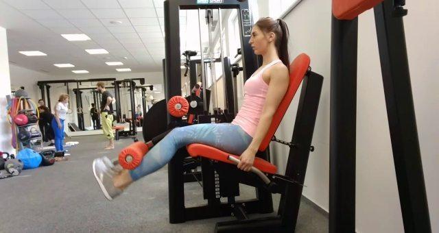 Упражнение упражнение разгибание ног сидя в тренажере на квадрицепс