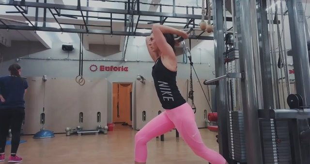 Упражнение упражнение разгибание рук с нижнего блока стоя спиной к тренажеру на трицепс