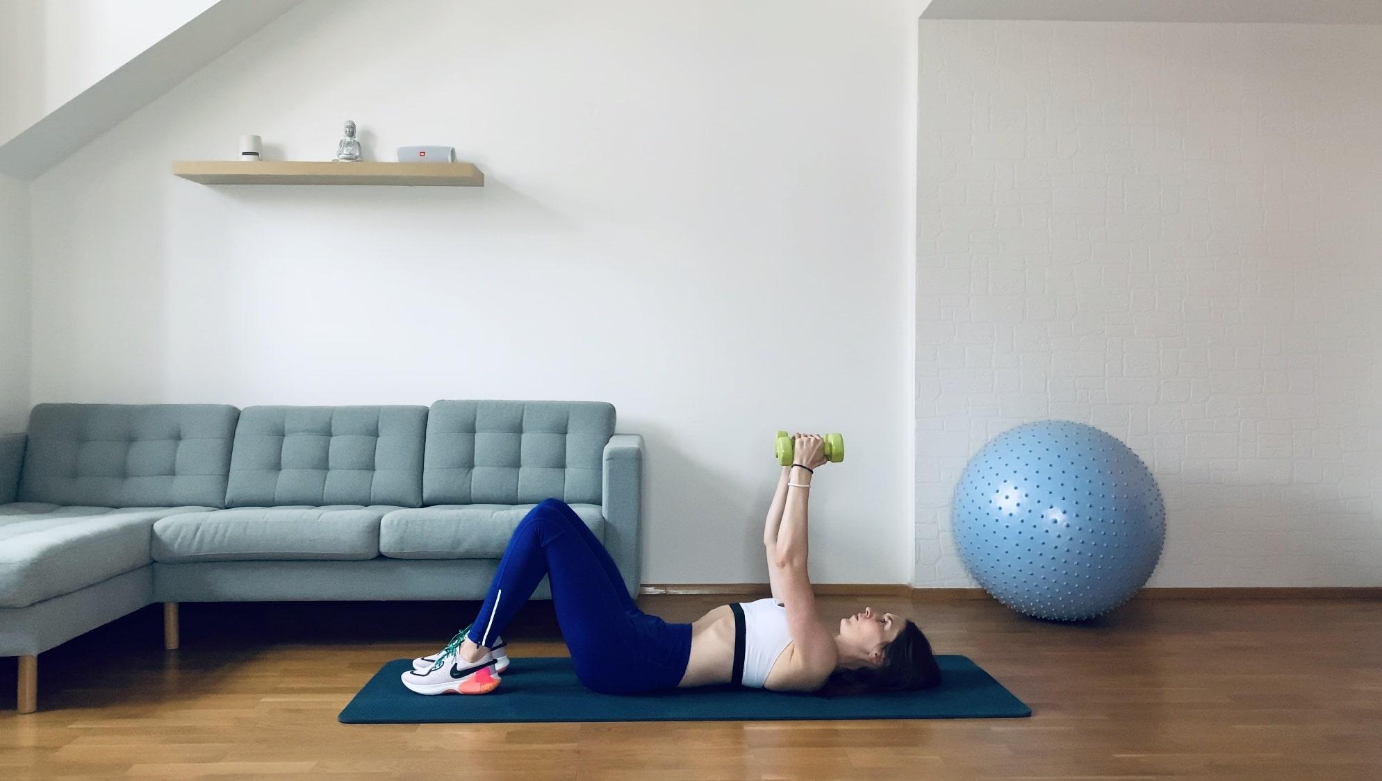 Упражнение разведение гантелей лежа на полу