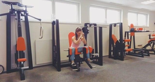 Упражнение упражнение разведение ног в тренажере сидя с наклоном вперед