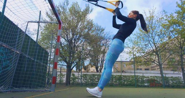 Упражнение упражнение сгибание на бицепс в петлях TRX