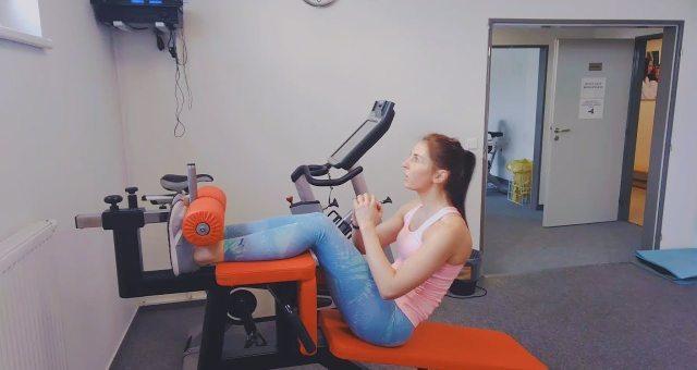 Упражнение упражнение скручивания на наклонной скамье на пресс