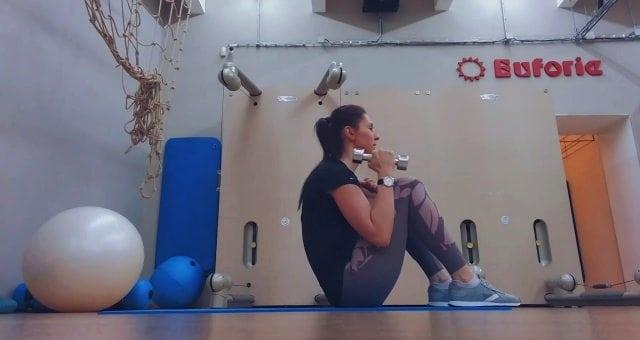 упражнение скручивания с подъемом гантелей на бицепс