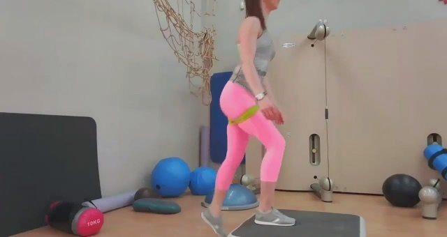 Упражнение упражнение зашагивания на платформу с махом ногой назад и эластичной лентой