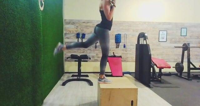 упражнение зашагивания на тумбу (ящик) с гантелями и махом ногой назад