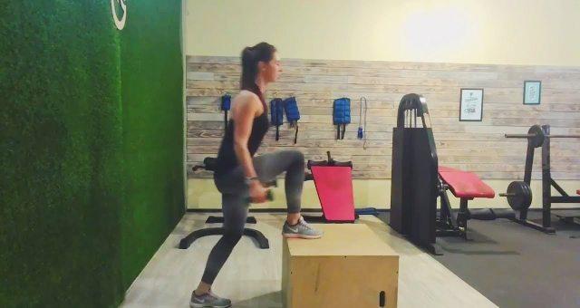 Упражнение упражнение зашагивания на тумбу (ящик) с гантелями