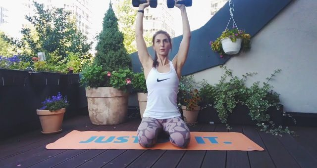 упражнение жим гантелей на плечи сидя на полу