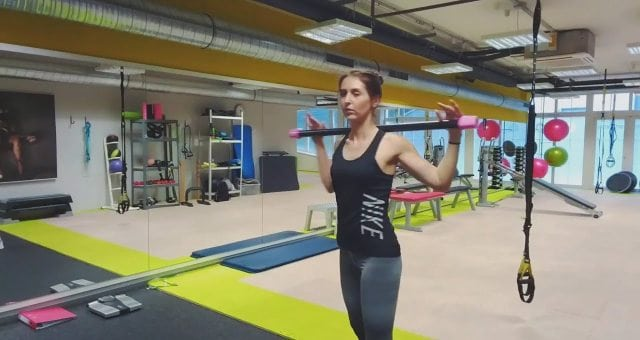 Упражнение упражнение повороты корпуса с бодибаром