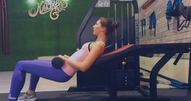 упражнение ягодичный мостик в тренажере для сгибания ног
