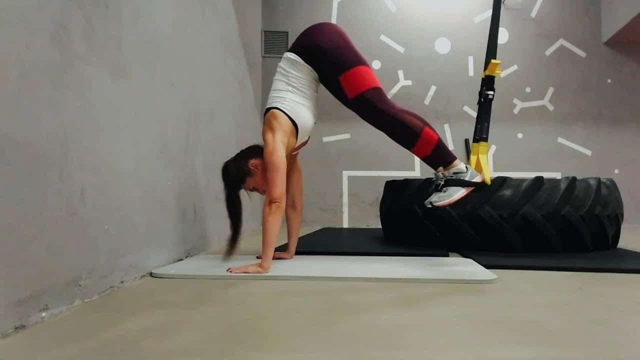 Упражнение упражнение пика для пресса в петлях TRX