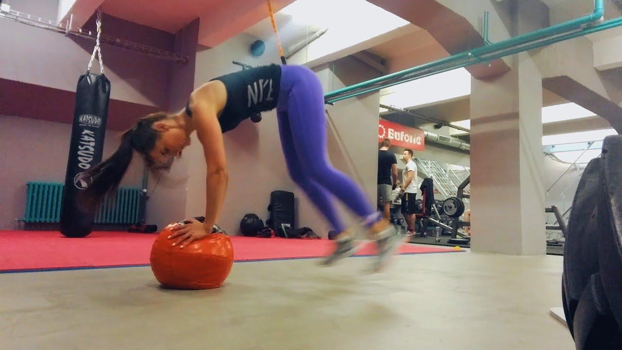 упражнение прыжок в планку из планки с медицинским мячом