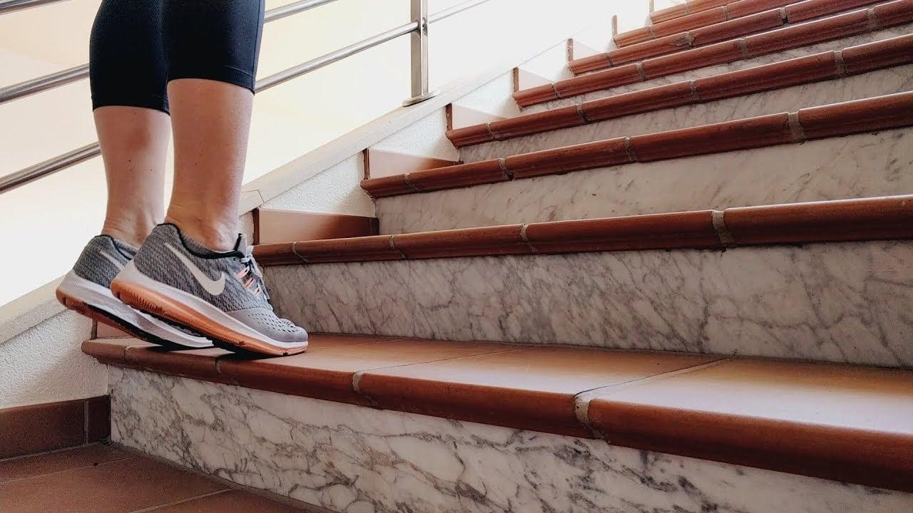Упражнение Подъем на носки стоя на лестнице