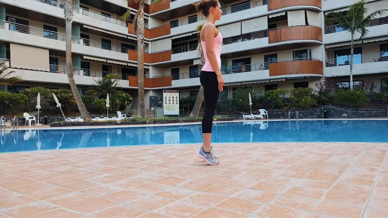 Упражнение девушка выполняет упражнение подъем на носки стоя