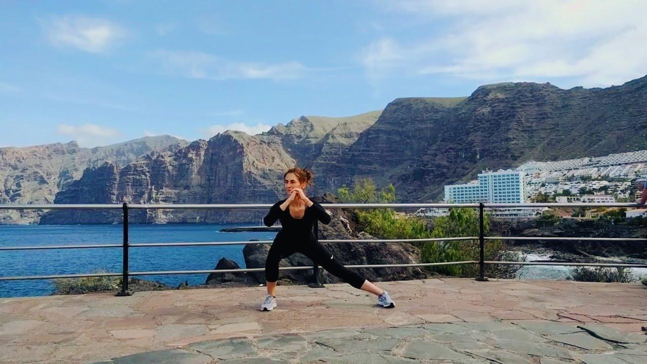 Упражнение девушка выполняет упражнение статические боковые выпады