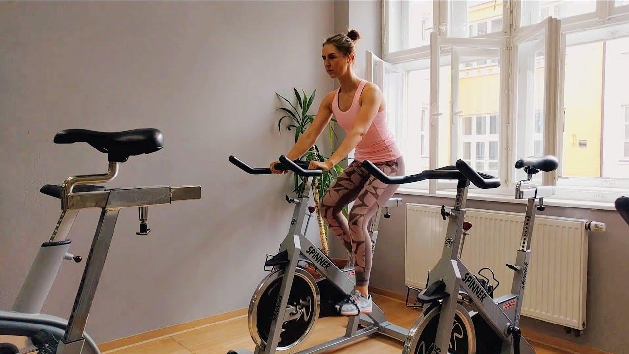девушка едет на инерционном велотренажере
