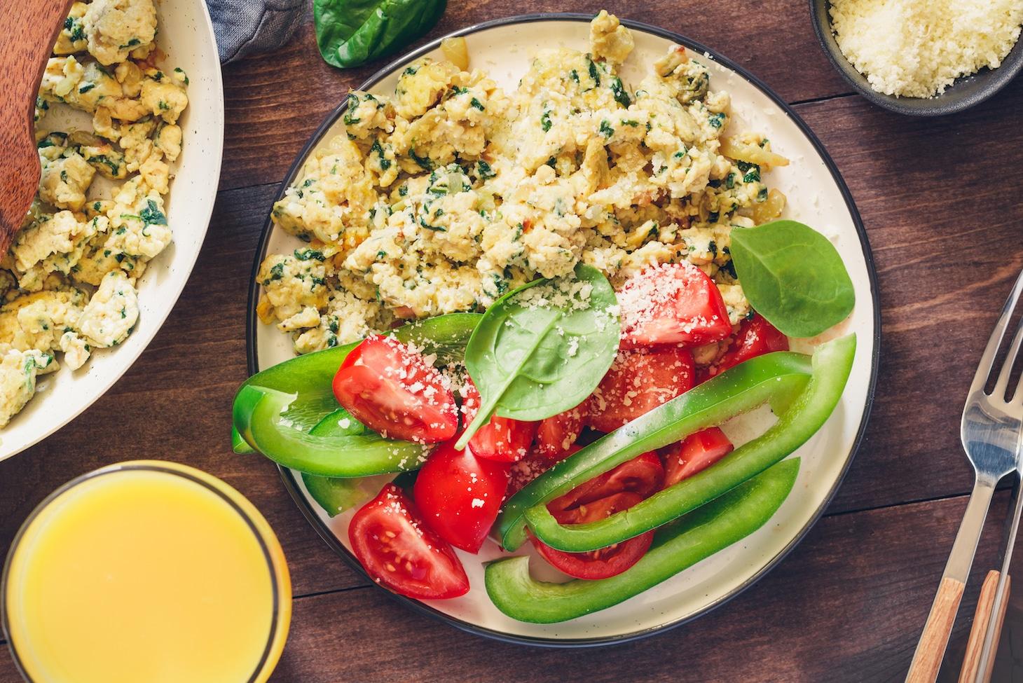 Яйца-скрэмбл с пармезаном и овощами