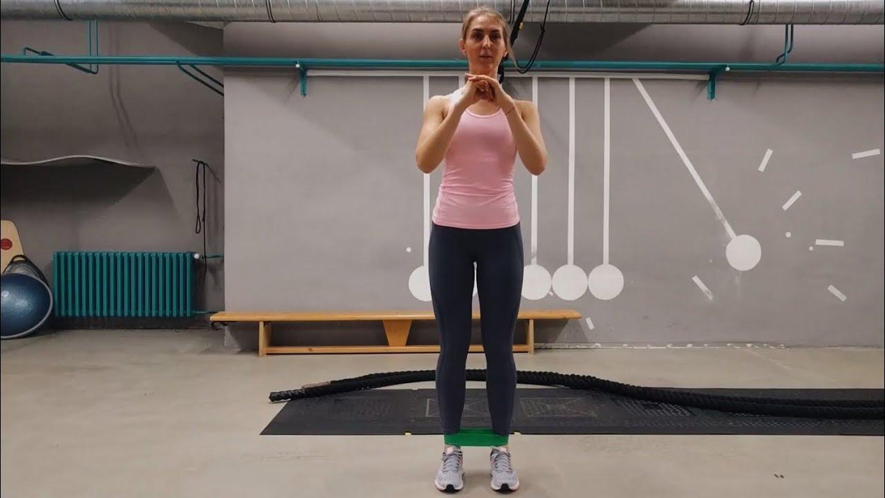 Упражнение Боковые выпады с эластичной лентой