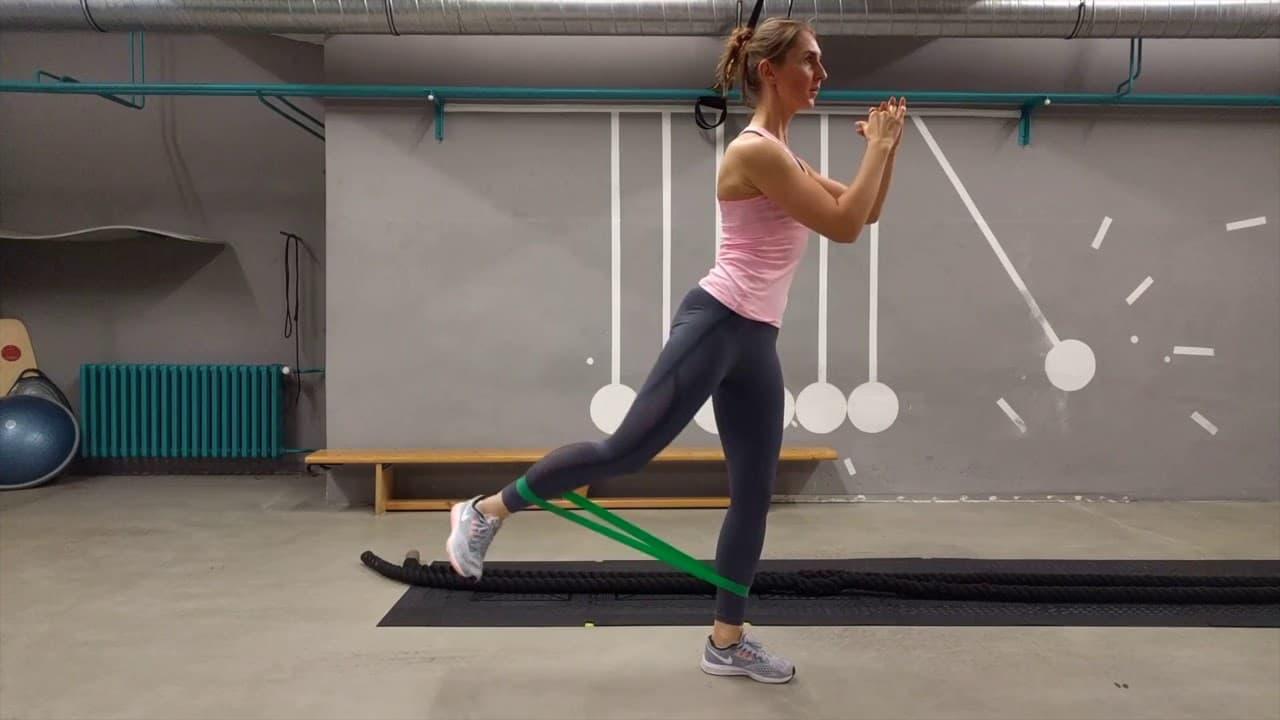 Упражнение Отведение ноги назад из приседа с эластичной лентой