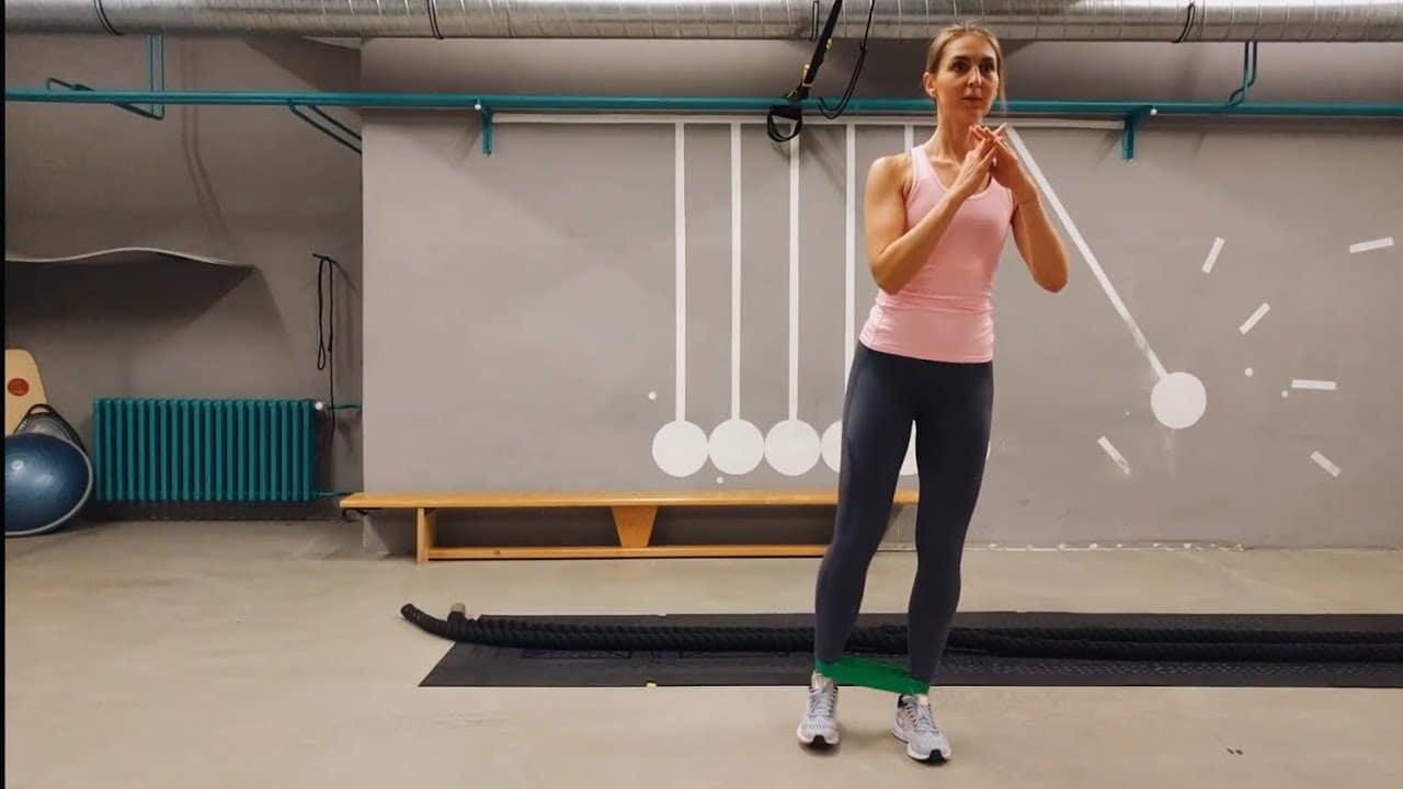Упражнение Отведение ноги с эластичной лентой в сторону стоя