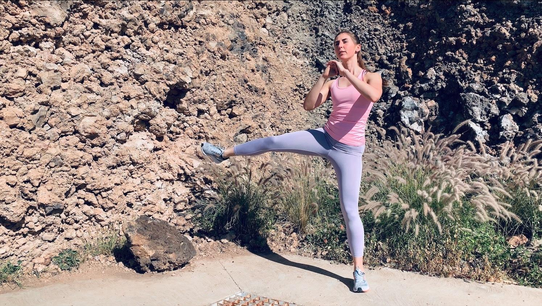 Упражнение Боковые выпады с махом ногой в сторону