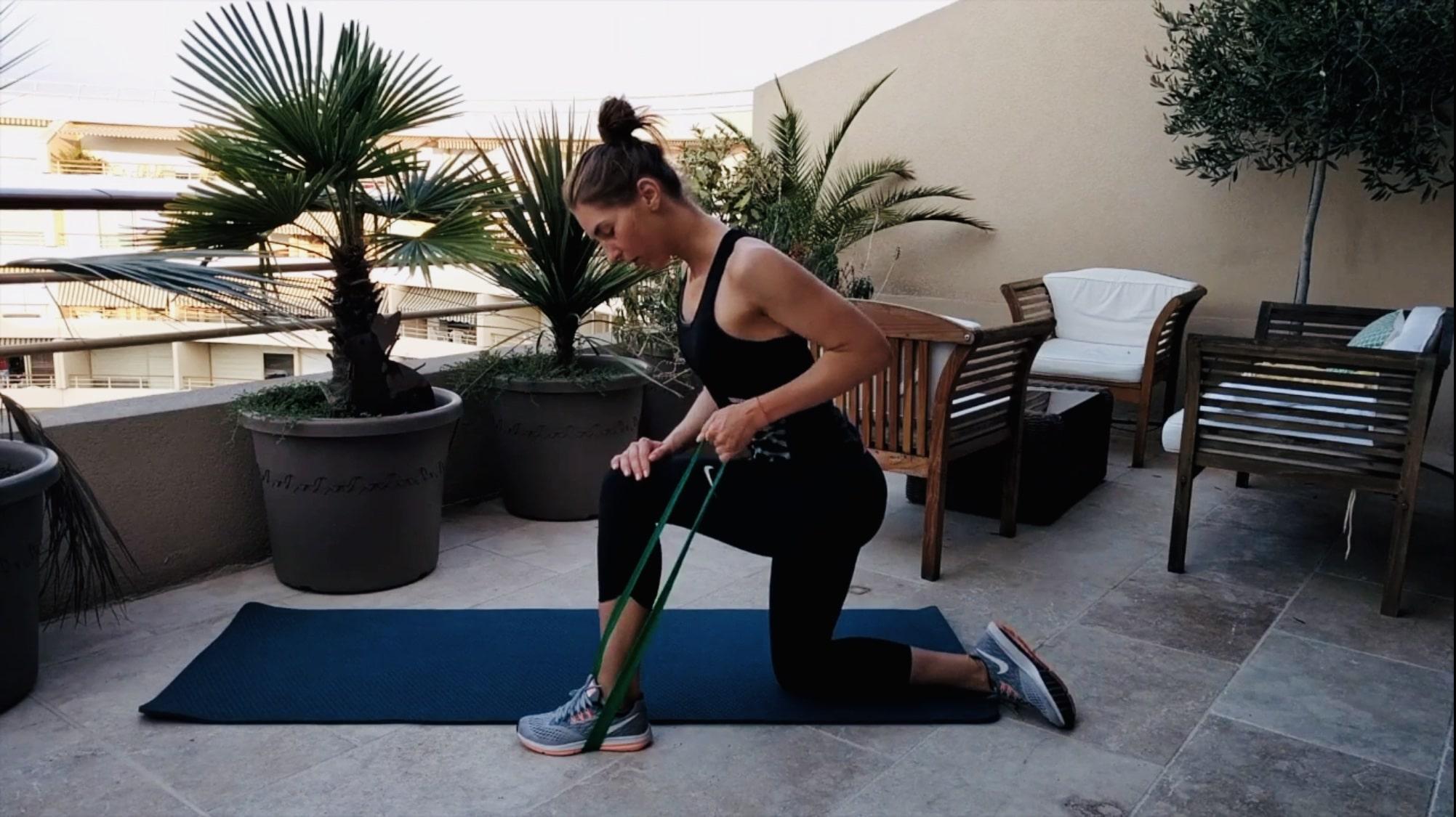 Упражнение Поочередная тяга к поясу с эластичной лентой