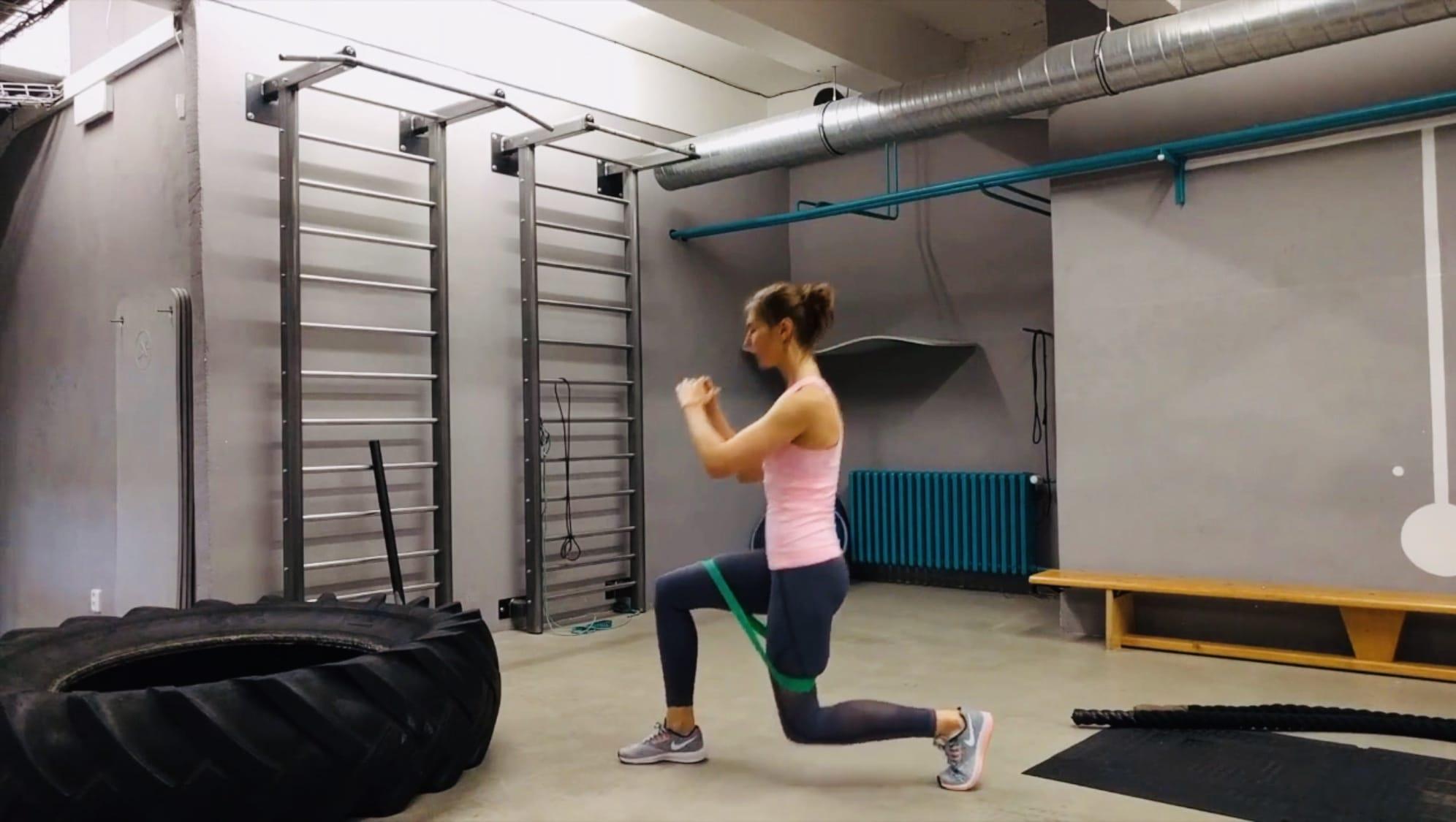 Упражнение Поочередные выпады вперед с резинкой