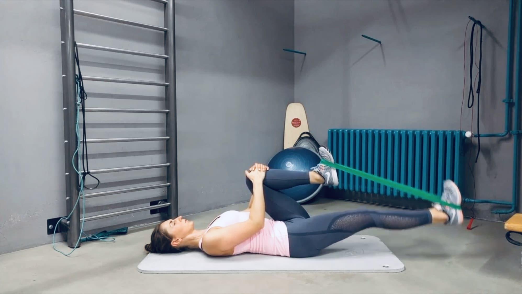 Упражнение Жим одной ногой лежа с эластичной лентой