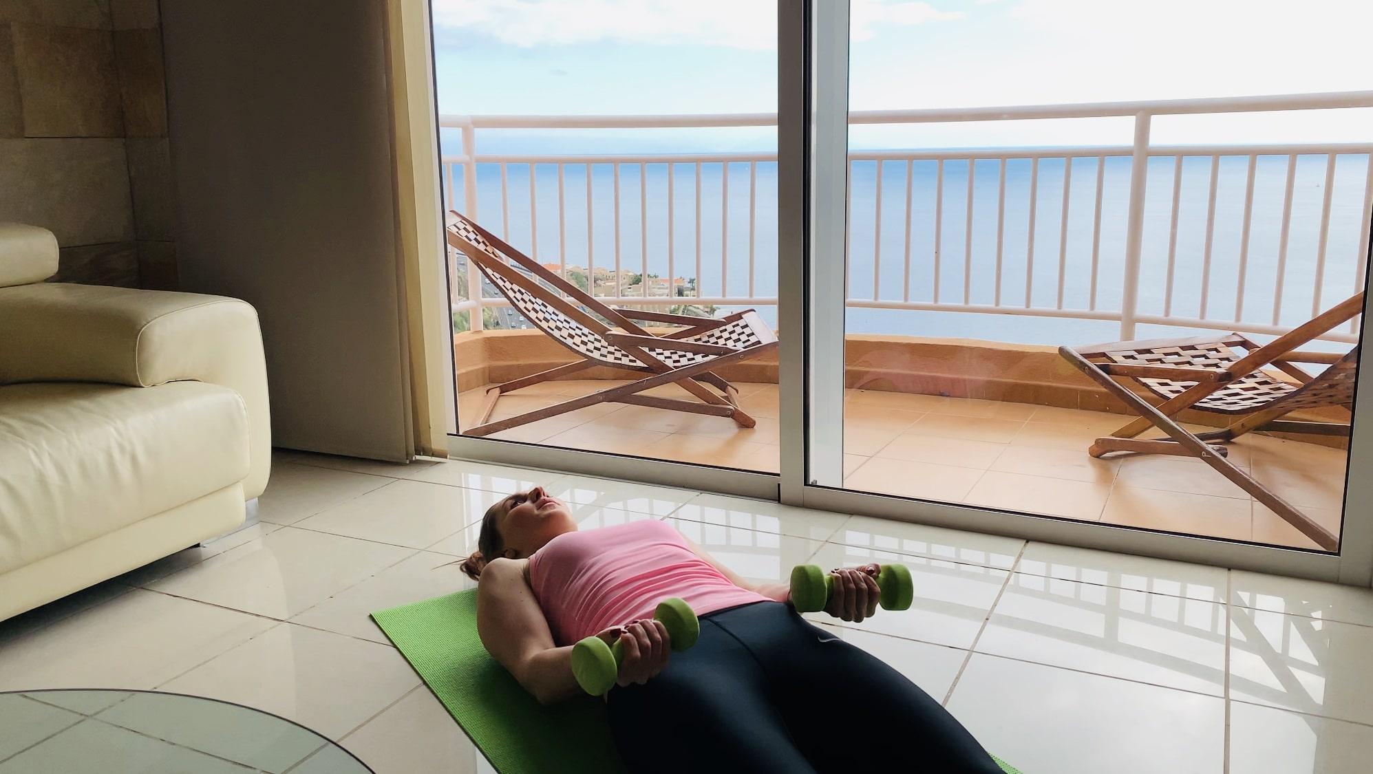 Упражнение вокруг света лежа на полу
