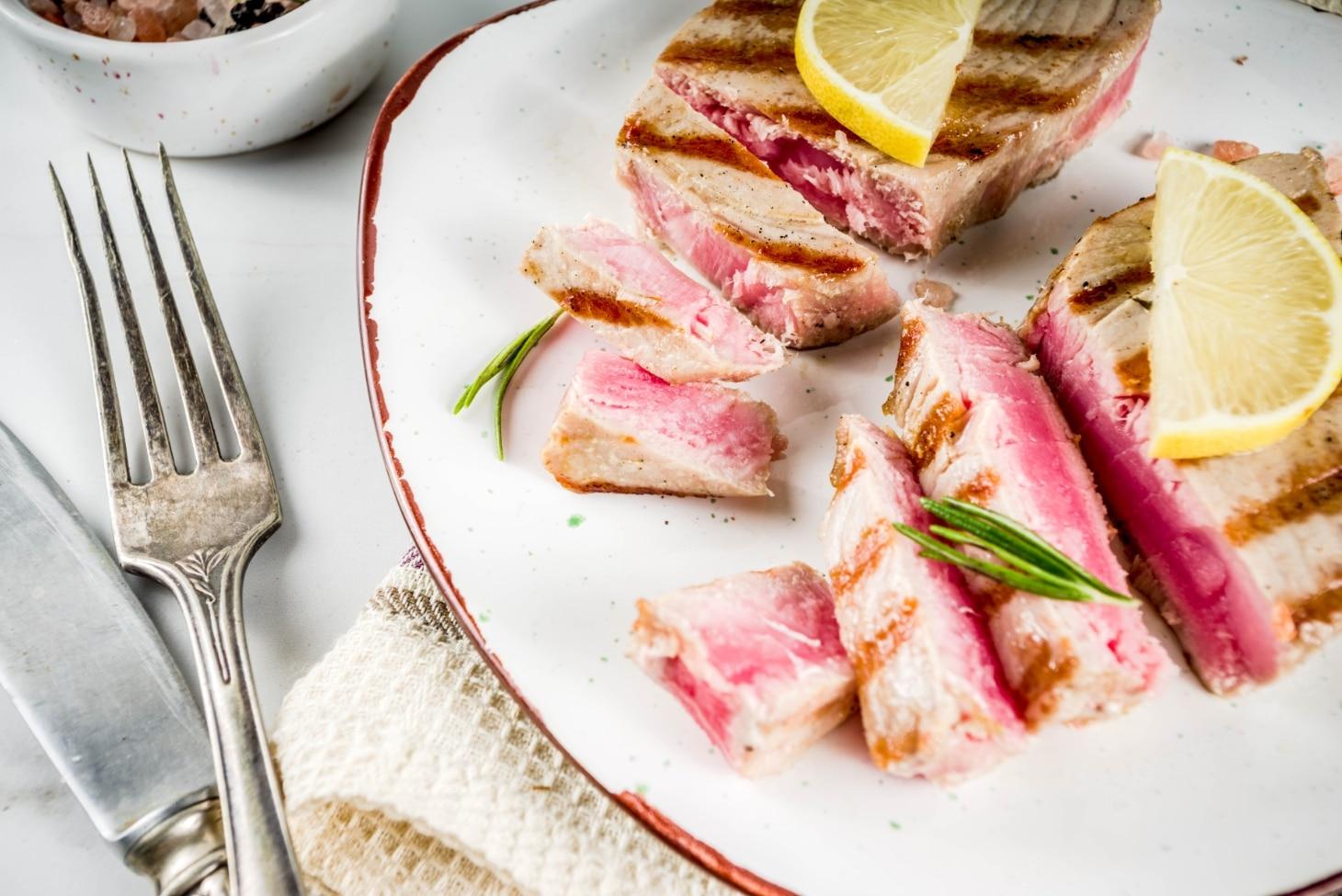 Стейк из тунца со свежим салатом