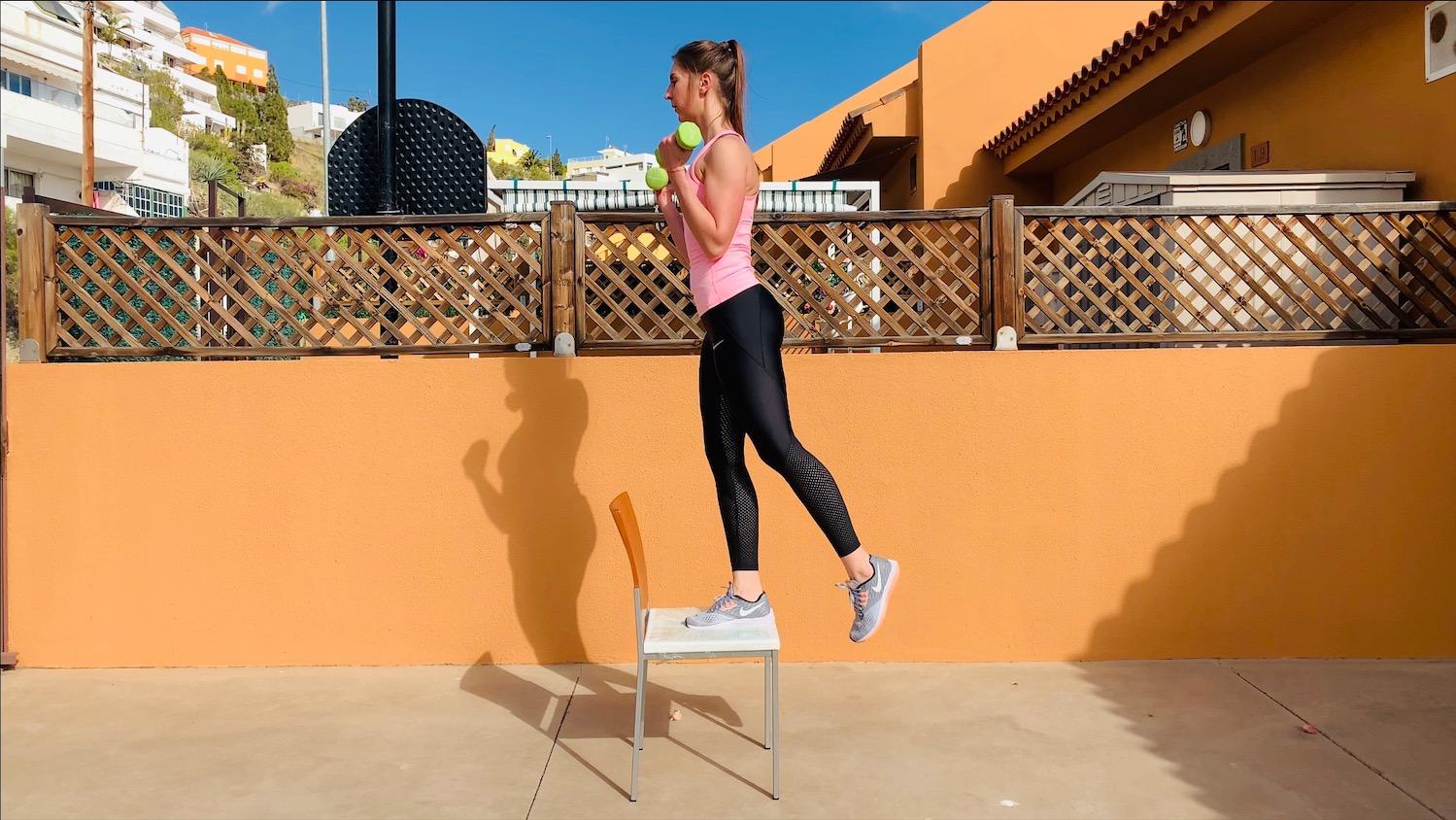 Упражнение Зашагивания на стул со сгибанием рук с гантелями