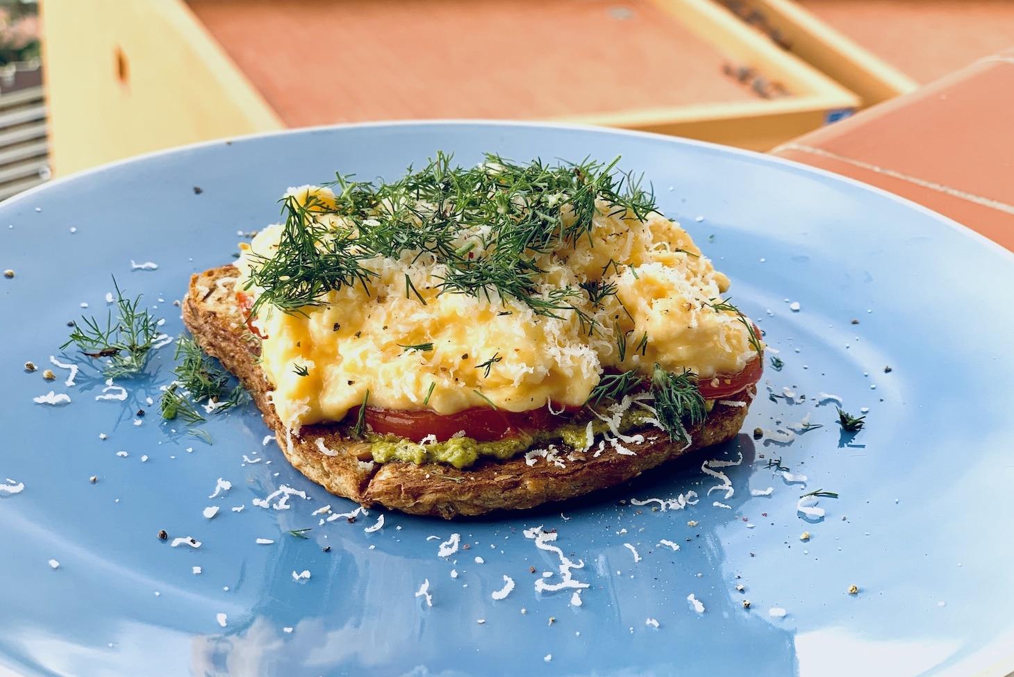 Тост с яйцами-скрэмбл и томатами