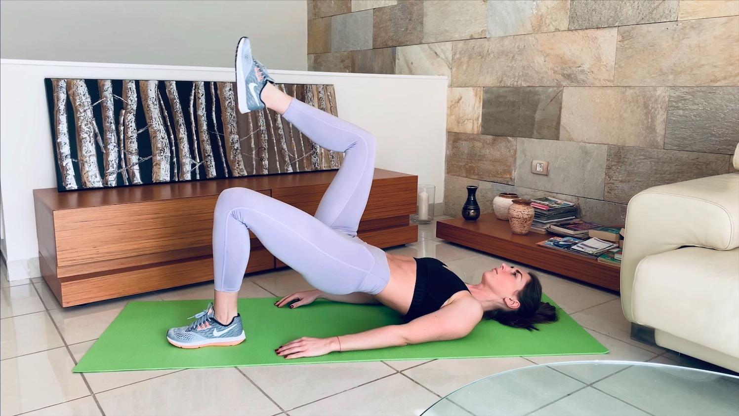 Упражнение подъем ног из ягодичного мостика