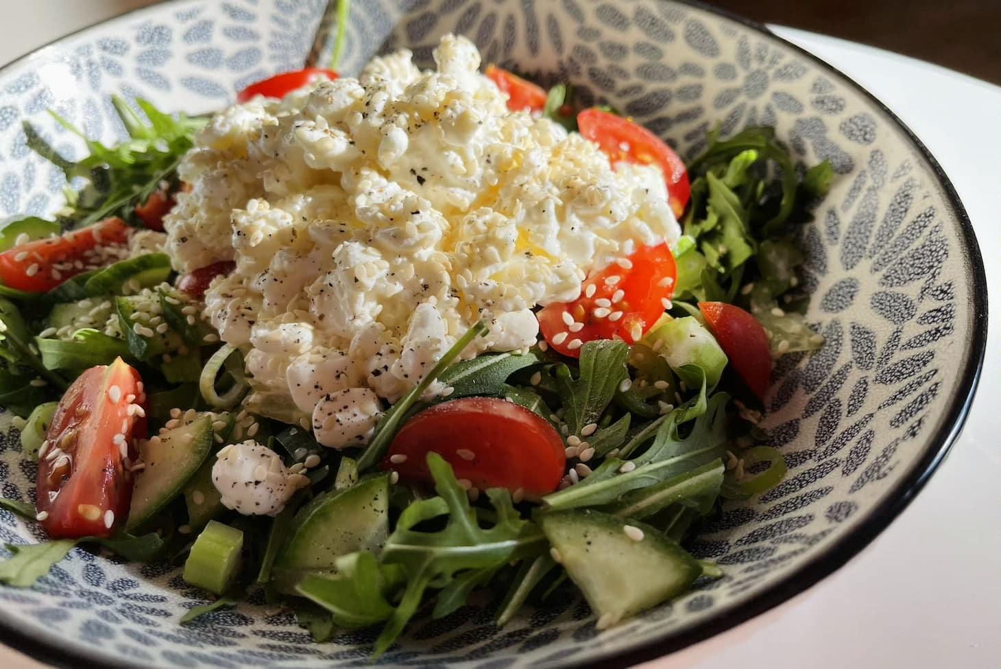 Салат с зерненым творогом и кунжутом