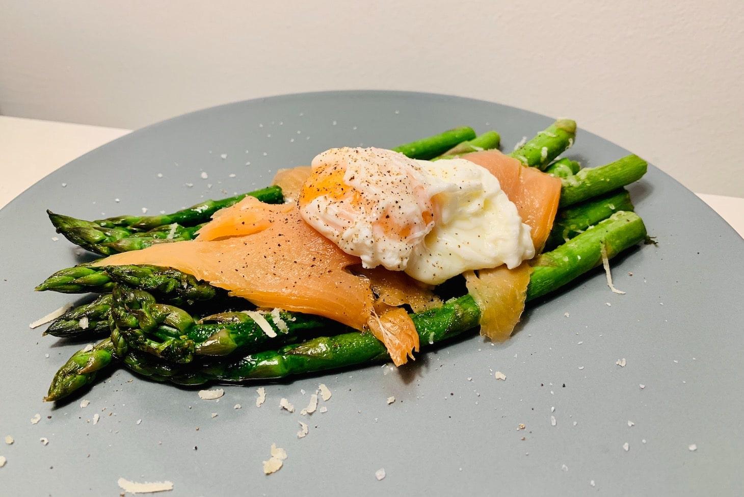 Яйцо пашот с лососем и спаржей