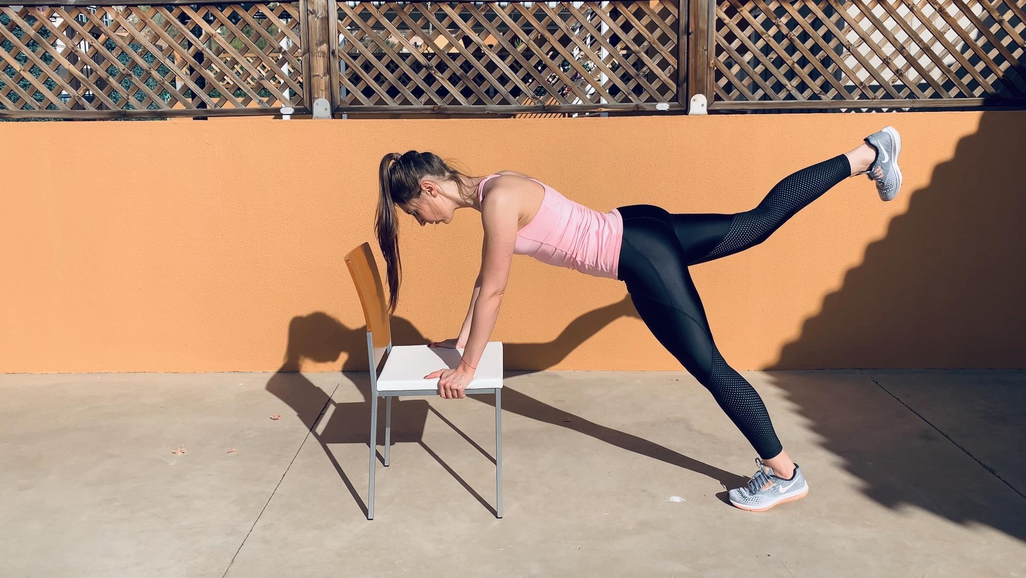 Поочередный подъем ног из планки в упоре на стул