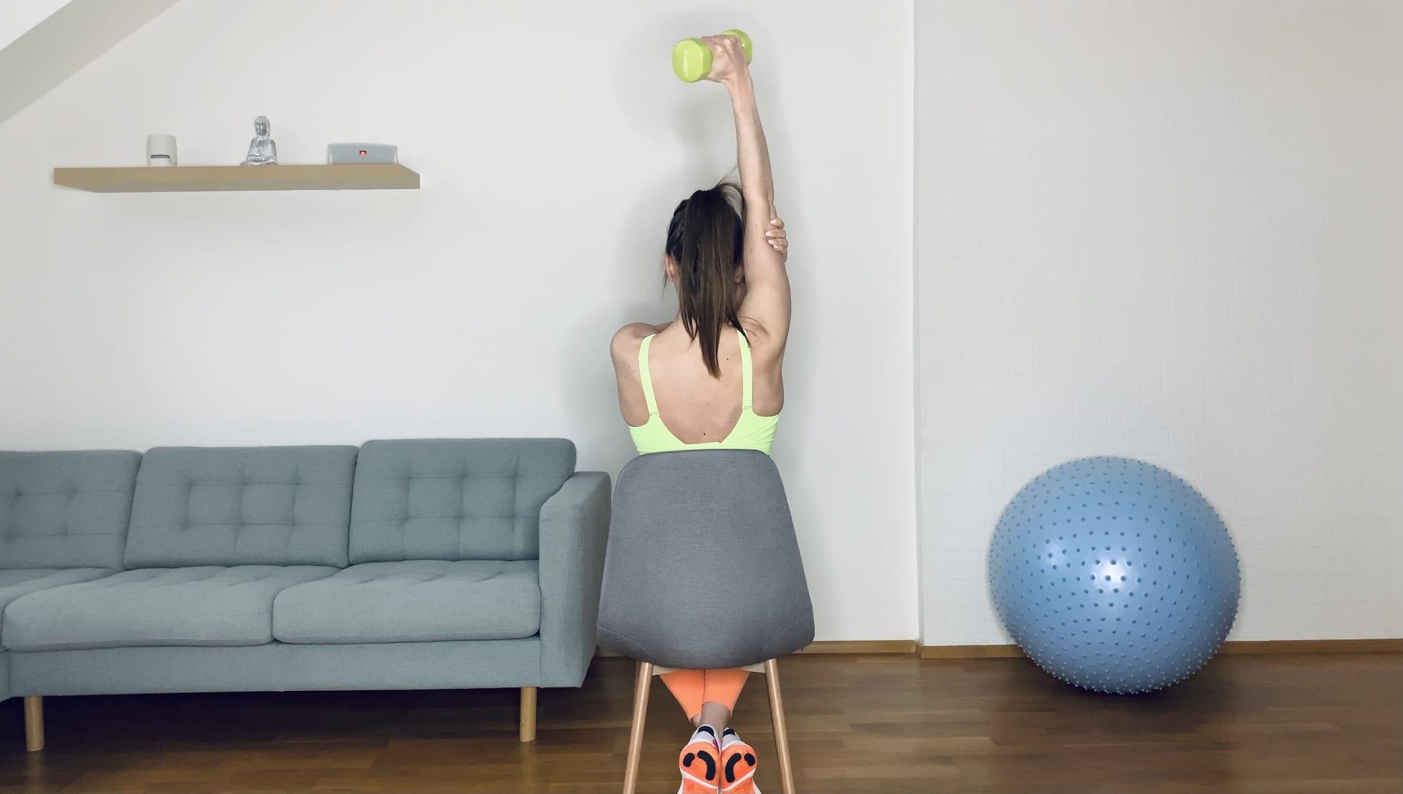 Разгибание гантелью из за головы одной рукой сидя на стуле